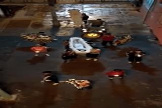 Bestial tiroteo durante un entierro hace que todas corran dejando el ataúd atrás