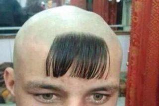El tipo no queda nada contento con su corte de pelo y pasa esto…