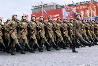 Militares al ataque, con folletos turísticos (VI)