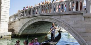 Bansky aparece en Venecia para denunciar la masificación del turismo