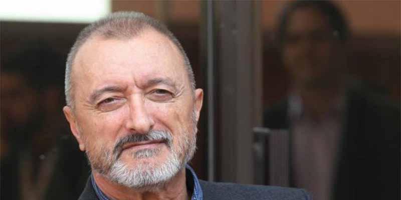 Arturo Pérez-Reverte incendia Santander con una desabrida respuesta a la petición de un tuitero