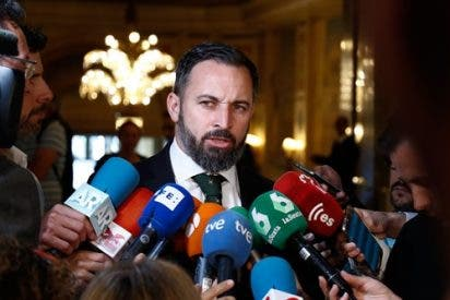 El presidente de VOX, Santiago Abascal, ofrece declaraciones a los medios de comunicación en el Hotel Westin Palace de Madrid antes de participar en un desayuno informativo de Fórum Europa.