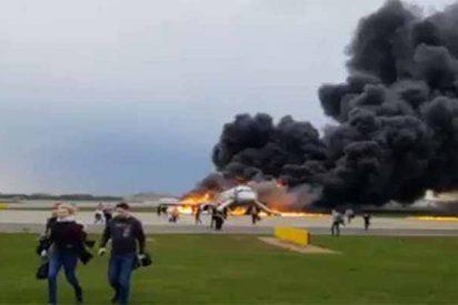 Al menos 40 muertos en un avión obligado a aterrizar en llamas en Moscú