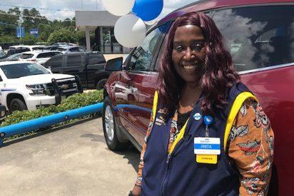 Empleada caminaba más de 6 millas para ir a trabajar y Walmart le regala un auto