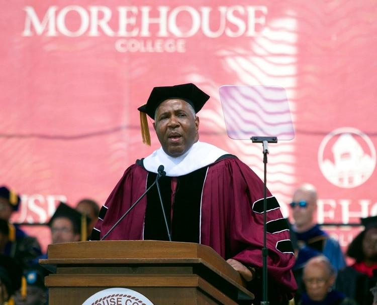 El noble gesto de un multimillonario: pagará la deuda de 400 universitarios