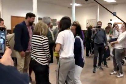 Las apoderadas arpías de ERC entorpecen el paso a Valls a su llegada al colegio electoral