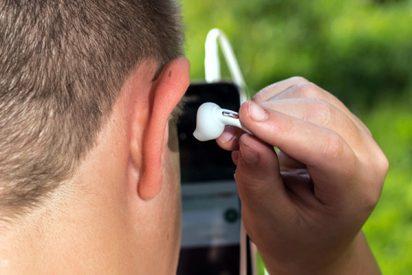 ¡Se traga su audífono mientras duerme y oye sonidos saliendo de su estómago!