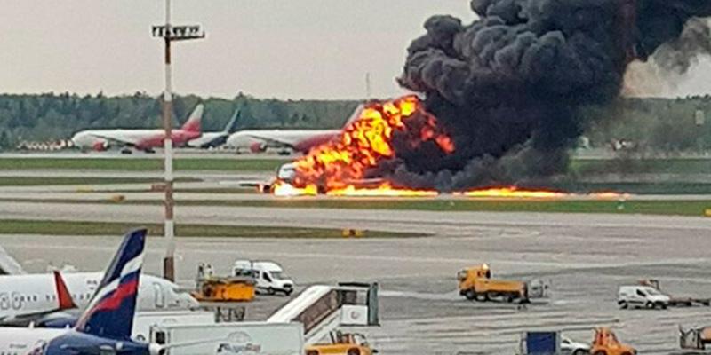 (VÍDEOS) Más de 4 decenas de muertos al incendiarse un avión de pasajeros tras aterrizar de emergencia en un aeropuerto de Moscú