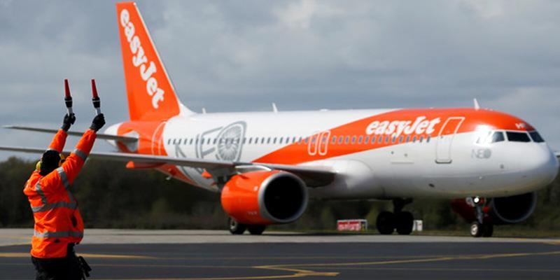 Un hombre intenta abrir la puerta de un avión en pleno vuelo y desata el terror entre los pasajeros