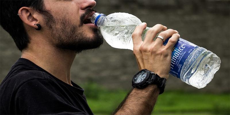 ¡Muere por beber agua helada después de jugar al fútbol!