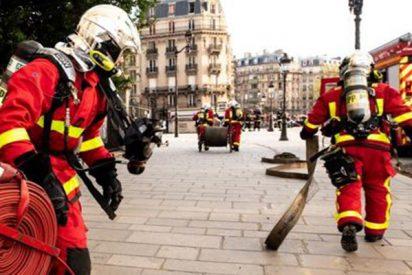 Acusan a 6 bomberos de París de violar en grupo a una estudiante noruega
