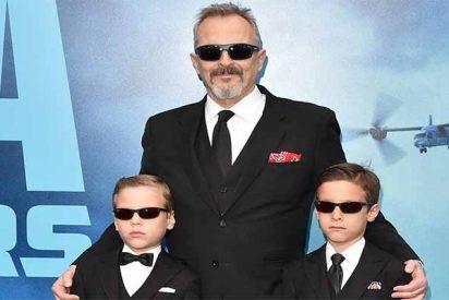 Miguel Bosé posa por vez primera con sus hijos... y todos con falda y gafas de sol