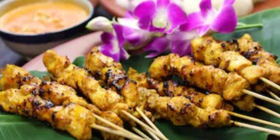 Brochetas de pollo marinadas al estilo satay