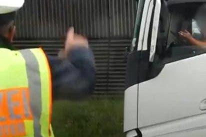 """Dile """"hola"""", la brutal bronca de un policía al mirón de un accidente: """"¿Quieres ver el cadáver?"""""""