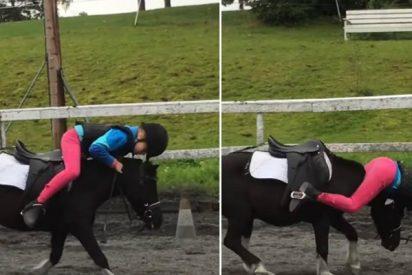 Esta niña que practica equitación evita caerse con esta singular maniobra