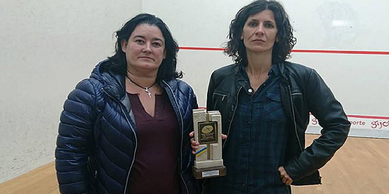 Estas caras se les quedaron a las ganadoras de 'squash' de Asturias al recibir como premio un vibrador y cera depilatoria