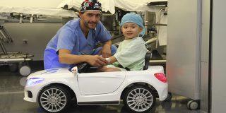 Los hospitales madrileños incorporan coches eléctricos para reducir la ansiedad de los más pequeños