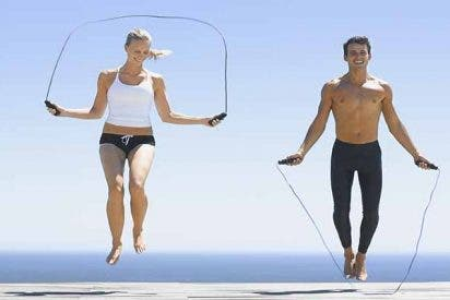 Dieta y Ejercicio: Saltar a la comba quema más calorías y fuerza menos las rodillas que correr