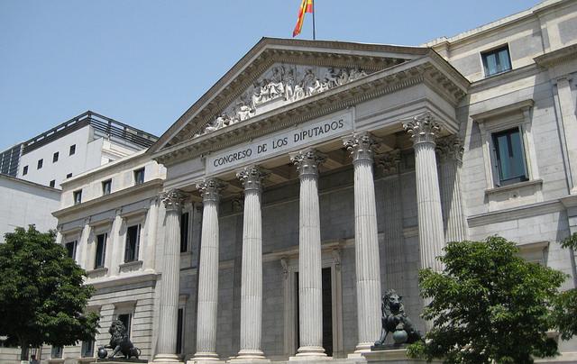 El PSOE rechazó que los diputados tuviesen que fichar pero lo impone a los asalariados