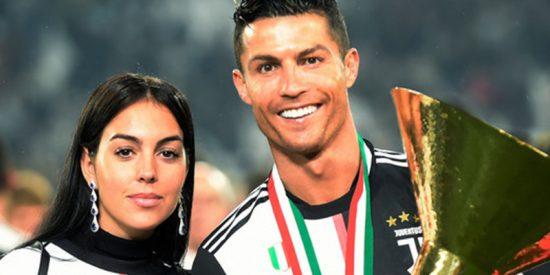 Cristiano Ronaldo golpea accidentalmente a su hijo en la cara con la copa de campeón de Italia