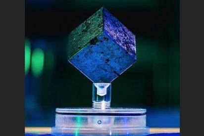 Científico recibe un misterioso cubo de uranio procedente del reactor nuclear de Hitler