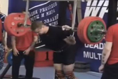 Momento en el que este deportista sufre una grave fractura de pierna en pleno campeonato de levantamiento de pesas