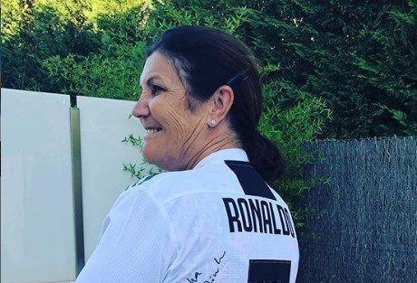 Trolean a la mamá de Cristiano Ronaldo por publicar por accidente un 'meme' sobre su hijo