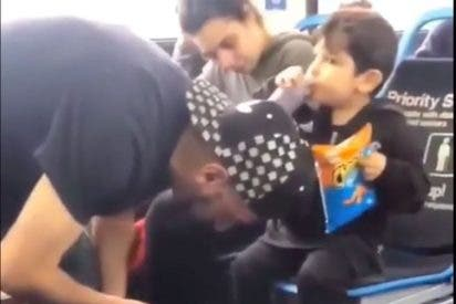 Vídeo: Niño guía en un autobús a sus padres drogados con heroína