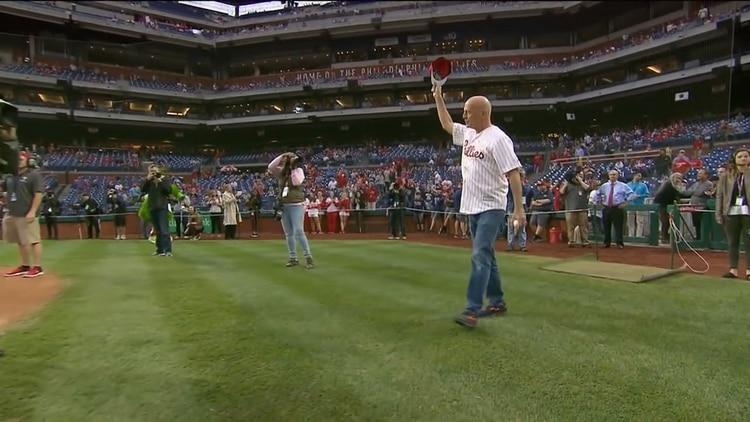 El blooper de Bruce Willis y el abucheo en un estadio entero de béisbol