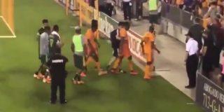 Vídeo: El desgarrador llanto de un futbolista al conocer la muerte de su padre
