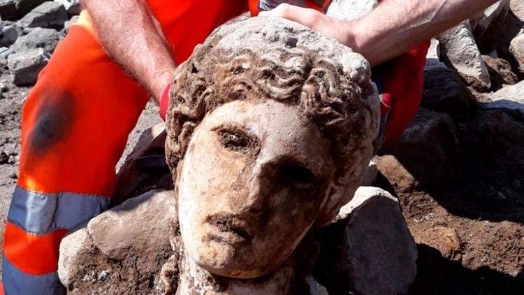 Los dioses resurgen de la tierra: Hallan una estatua de mármol blanco de la época del Imperio Romano