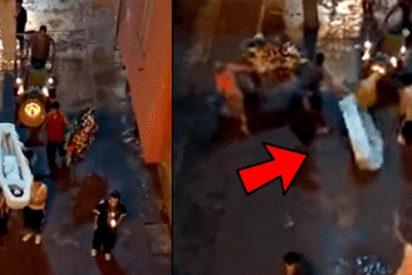 [VIDEO] Bestial tiroteo durante un entierro hace que todas corran dejando el ataúd atrás