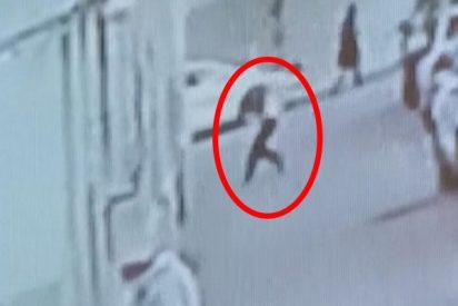 Este hombre ve a un bebé cayendo desde un 5º piso y lo salva en el último segundo colocándose debajo