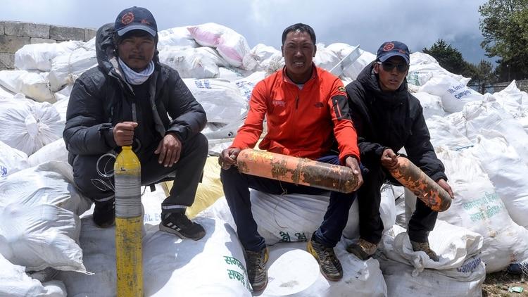 Buscaban cuerpos en el monte Everest y recolectaron diez toneladas de basura