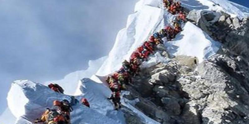 "Un ""atasco en el Everest"" se cobra la vida de dos escaladores"