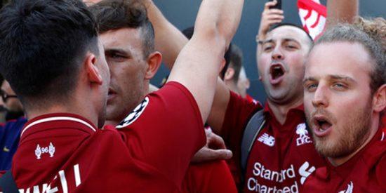 (VIDEOS): Seguidores radicales del Liverpool tiran a transeúntes a una fuente en Barcelona antes de la semifinal