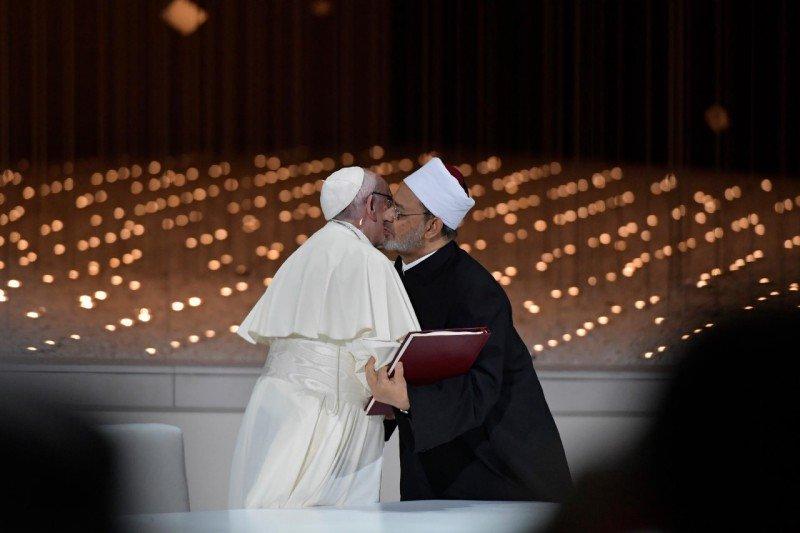 Un grupo de fieles carga contra el papa Francisco acusándolo de hereje