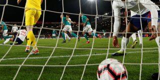 Este árbitro valida un gol que él mismo marcó durante un partido de fútbol en Países Bajos
