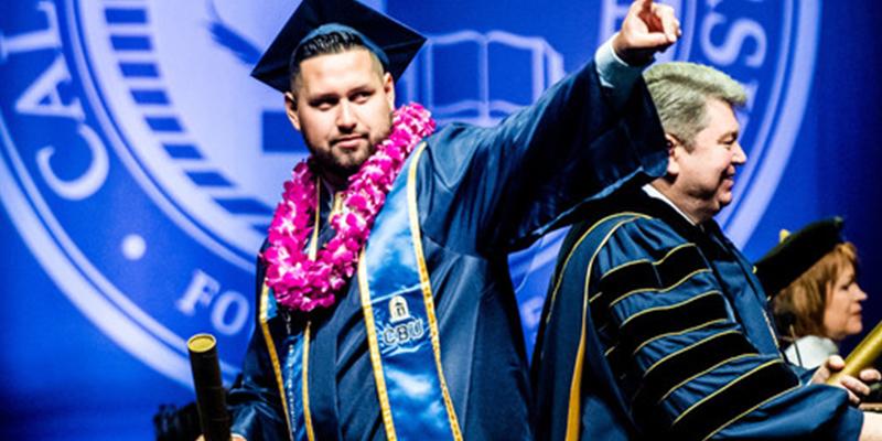 (VIDEO): Rector se desploma en plena ceremonia de graduación universitaria en EE.UU.