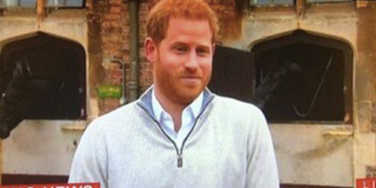 Todo el mundo se ha fijado en el mismo detalle de esta rueda de prensa del príncipe Harry
