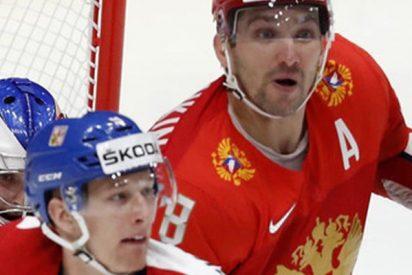 Este jugador de hockey salva a un compañero de recibir el potente impacto de un disco en la cara