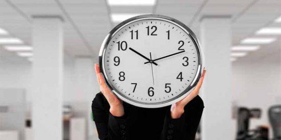 Autónomos, directivos, deportistas... ¿Sabes quienes se libran de fichar con el kafkiano registro horario de Sánchez?