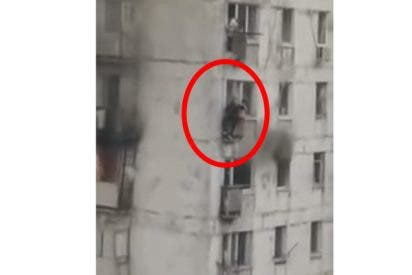 Arriesga su vida para salvar a dos niñas de un balcón en llamas