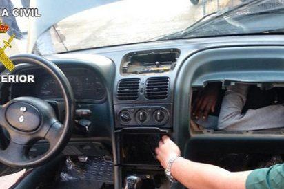 La Guardia Civil rescata a inmigrantes que trataban de entrar a Europa ocultos en dobles fondos de coches