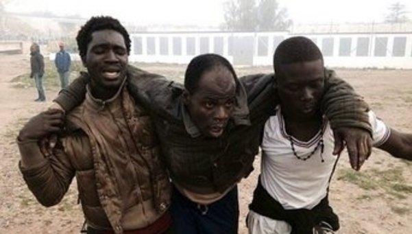 Cuatro guardias civiles heridos por inmigrantes subsaharianos en un nuevo asalto masivo a la valla en Melilla