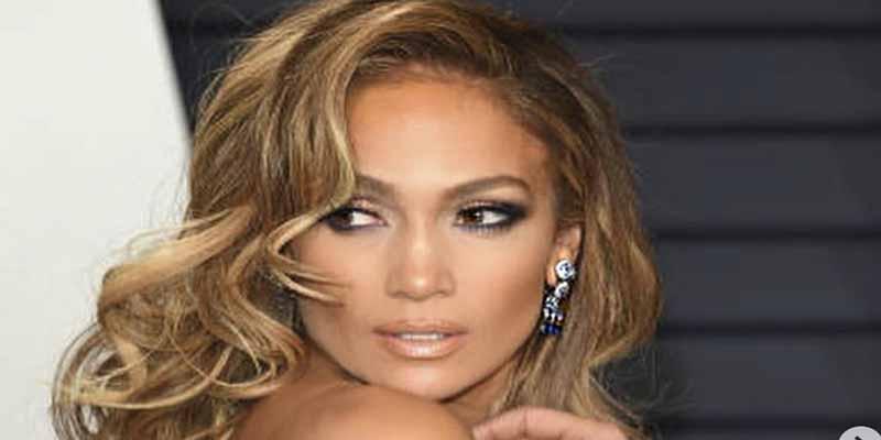 Jennifer López ligera de ropa y con alas de ángel malote y sensual