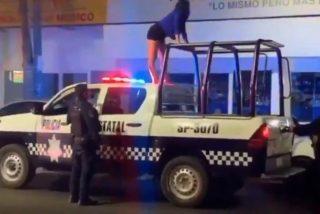 Vídeo: Una ebria se sube a una patrulla de policía y perrea sin pudor