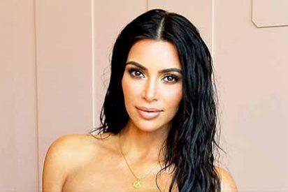 Kim Kardashian intenta hacer la croqueta en la playa, pero no hay arena suficiente para 'rebozar' ese pandero
