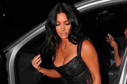 Kim Kardashian sin ropa íntima y en un ligero vestido primaveral