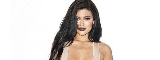 El actuendo de oficinista sexy de Kylie Jenner con el que desafió a la gravedad